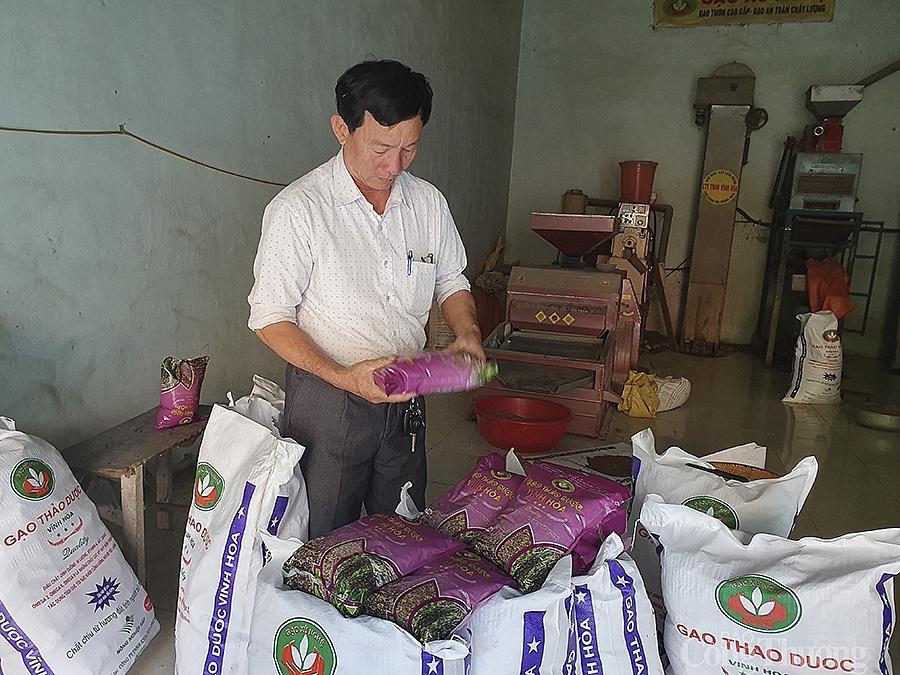 Để nâng cao giá trị lúa gạo, ông mày mò, nghiên cứu và cho ra đời các sản phẩm từ gạo đã qua chế biến: trà gạo, cốm gạo, cao gạo…