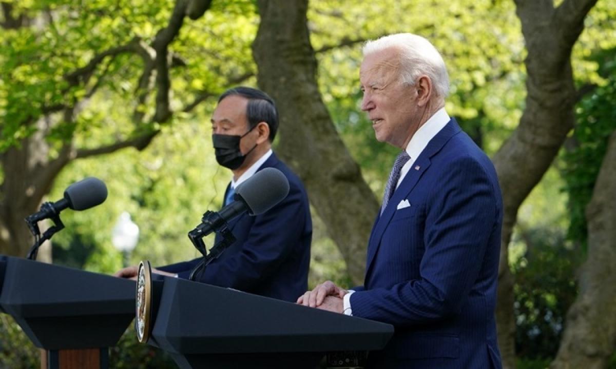 Tổng thống Mỹ Joe Biden (phải) và Thủ tướng Nhật Yoshihide Suga tại cuộc họp báo chung ở Vườn Hồng, Nhà Trắng hôm 16/4. Ảnh: AFP.