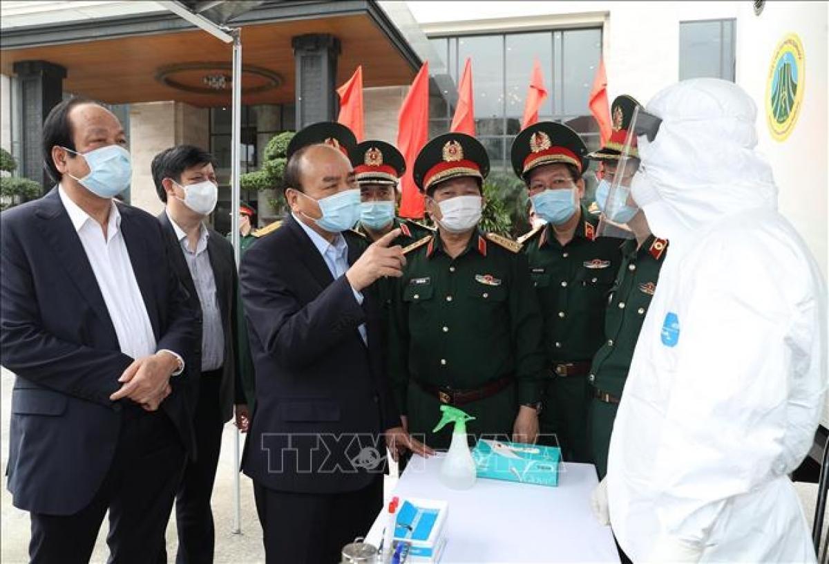 Thủ tướng Nguyễn Xuân Phúc kiểm tra công tác phòng, chống dịch COVID-19 của Bộ Quốc phòng. (Ảnh: TTXVN)