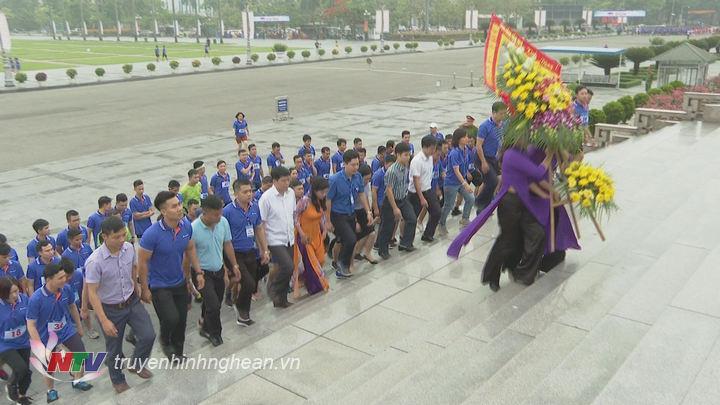 Các đại biểu dâng hương tại Quảng trường Hồ Chí Minh.