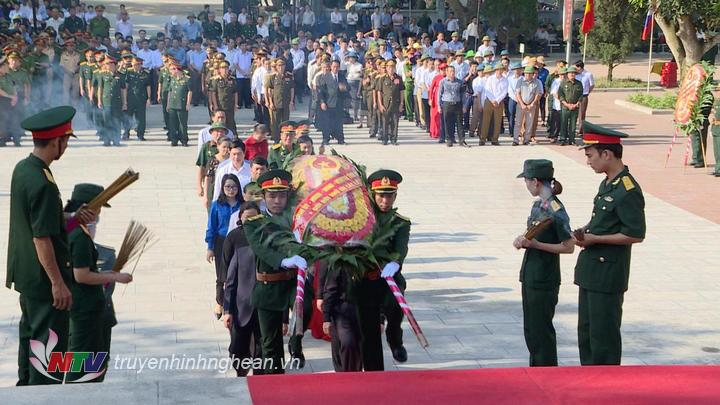 Các đồng chí lãnh đạo tỉnh Nghệ An dâng hoa dâng hương tưởng niệm các liệt sỹ.