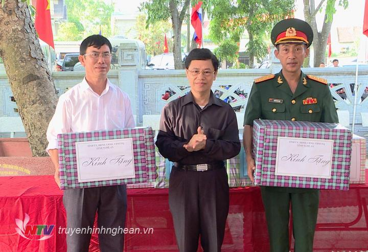 Đại diện Ban công tác đặc biệt Chỉnh phủ, QK 4 và lãnh đạo tỉnh Nghệ An tặng quà Đội quy tập và huyện Nghi lộc