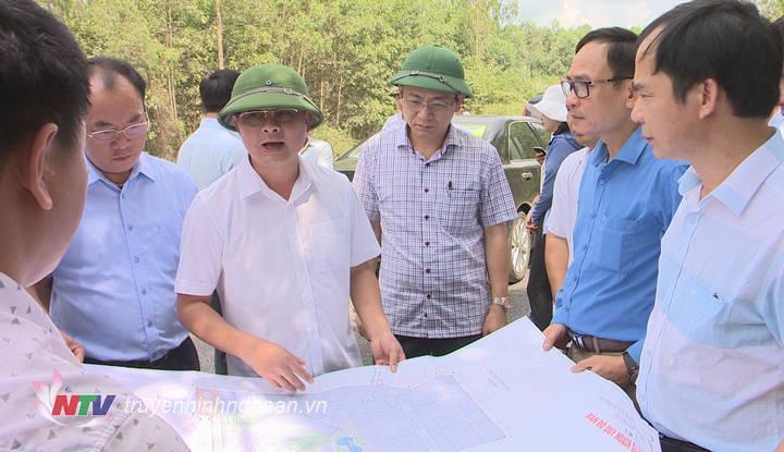 Trước buổi làm việc, Chủ tịch UBND tỉnh Thái Thanh Quý đã đi kiểm tra quy hoạch KCN và cảng Đông Hồi.