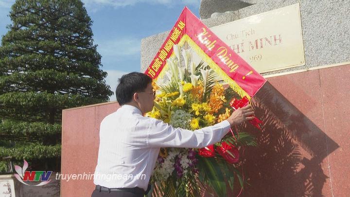 Phó Bí thư Tỉnh uỷ Nguyễn Văn Thông dâng hoa lên anh linh Chủ tịch Hồ Chí Minh.