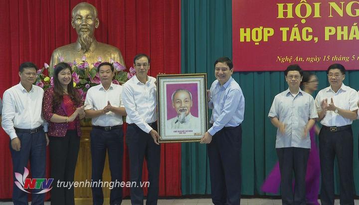 Tỉnh Nghệ An tặng quà lưu niệm cho Thành phố Hà Nội.