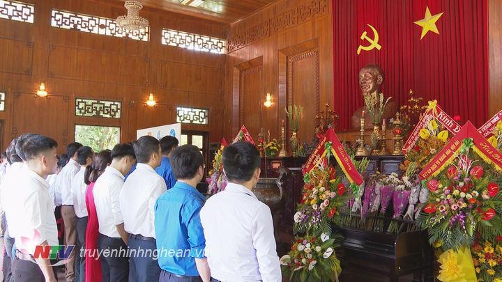 Các đại biểu kính cẩn dâng hoa dâng hương trước anh linh Chủ tịch Hồ Chí Minh.