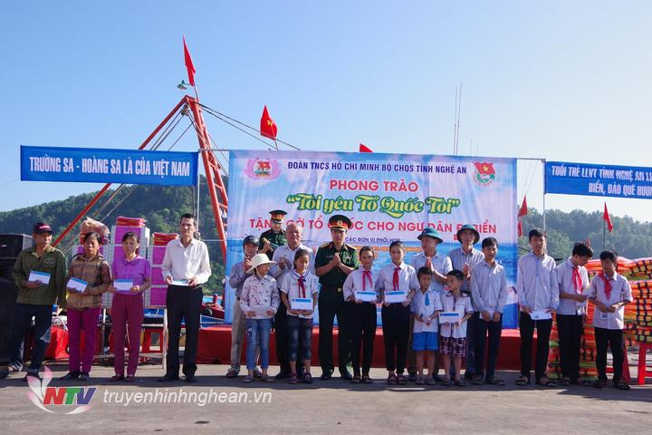 Thượng tá Đinh Bạt Văn, Phó chỉ huy trưởng Bộ CHQS tỉnh và các đơn vị phối hợp tặng 23 suất quà cho 5 gia đình hộ nghèo và 10 cháu học sinh có hoàn cảnh khó khăn (1)
