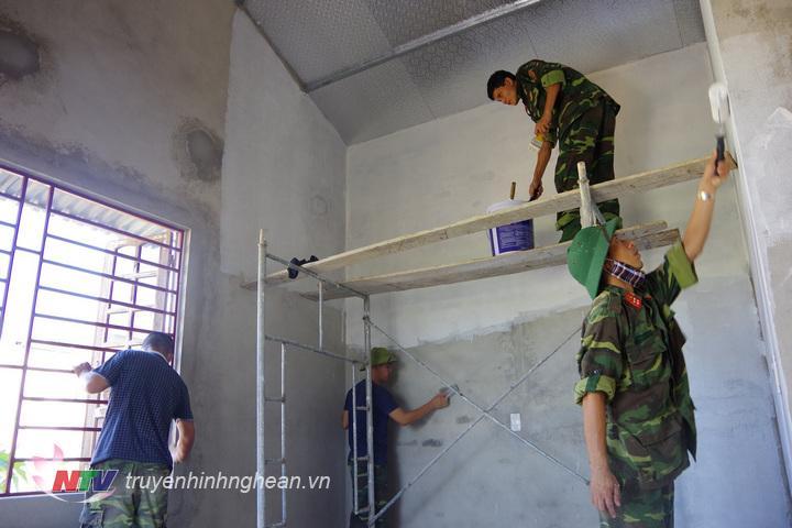 CB, CS Đại đội 17 Công binh sơn sửa nhà cho chị Nguyễn Thị Phúc, giáo dân sống đơn thân có hoàn cảnh khó khăn ở xóm 6, xã Nghi Vạn.