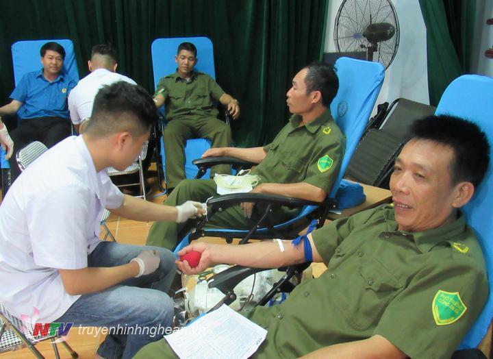 Lực lượng vũ trang tham gia hiến máu tại ngày hội.