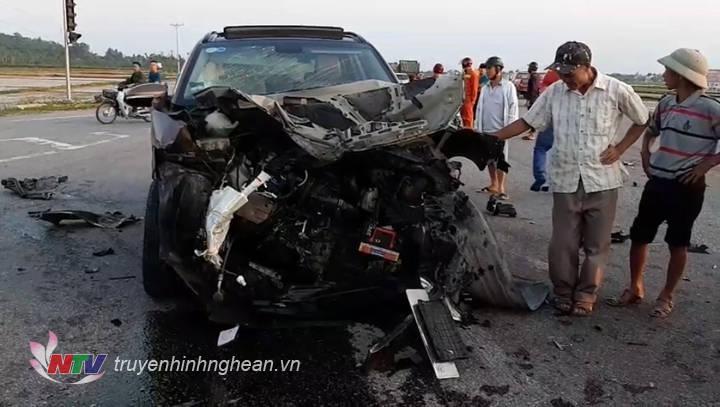 Xe ô tô 5 chỗ bị nát bét đầu sau vụ tai nạn.