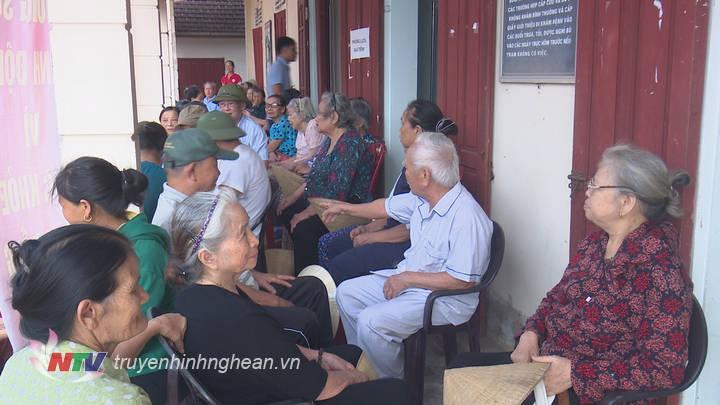 trong 1 buối sáng, nhiều người đã được khám cấp thuốc miễn phí