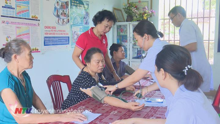 Cùng với khám, cấp thuốc, mọi người còn được các y, bác sỹ tư vấn cách phòng, điều trị các loại bệnh.