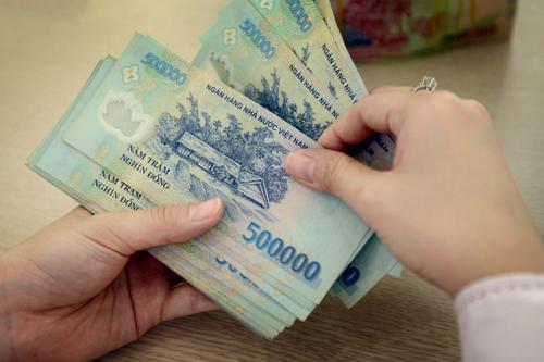 Những người hưởng lương từ ngân sách nhà nước sẽ được tăng lương cơ sở 100.000 đồng mỗi tháng. Ảnh: Xuân Hoa