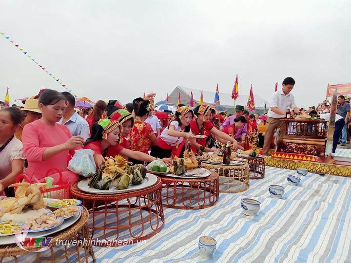 Bà con dâng mâm cúng tại lễ hội Bươn Xao.