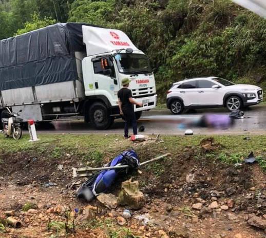 Hiện trường vụ tai nạn giao thông trên quốc lộ 6, đoạn qua huyện Mai Châu, tỉnh Hòa Bình, xảy ra chiều ngày 1-5. Nạn nhân là nam thanh niên đi xe máy tử vong sau khi tông vào cột mốc ven đường.