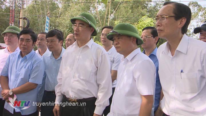 Đồng chí Nguyễn Thiện Nhân nghe báo cáo tuyến giao thông kết nối Khu Di tích lịch sử quốc gia đặc biệt Kim Liên.