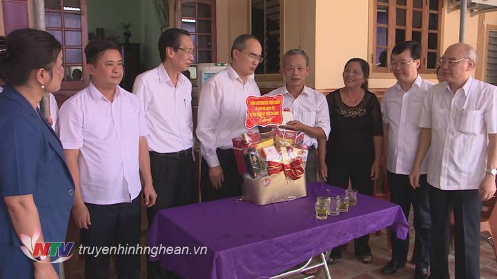 Đồng chí Nguyễn Thiện Nhân tặng quà cho gia đình ông Nguyễn Văn Đàn ở xóm Mậu 1, xã Kim Liên, Nam Đàn.