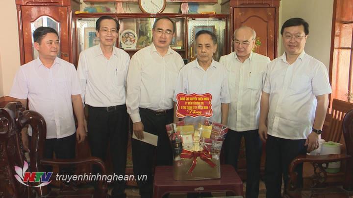 Đồng chí Nguyễn Thiện Nhân tặng quà cho ông Dương Tứ ở xóm Thượng Nậm, xã Hồng Long, huyện Nam Đàn.