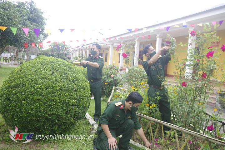 Cán bộ, chiến sĩ tích cực chăm sóc vườn hoa cây cảnh hướng về Đại hội.
