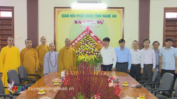 Chủ tịch UBND tỉnh Nguyễn Đức Trung tặng hoa, chúc mừng Ban trị sự Giáo hội Phật giáo tỉnh Nghệ An.