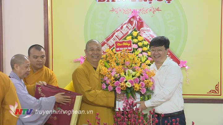 Dịp này, Thường trực Ban trị sự Giáo hội Phật giáo tỉnh Nghệ An cũng tặng hoa, chúc mừng đồng chí Nguyễn Đức Trung nhận nhiệm vụ Chủ tịch UBND tỉnh.