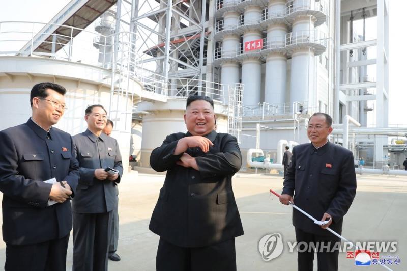 Ông Kim Jong-un cười rạng rỡ khi đi thăm nhà máy phân bón Sunchon.