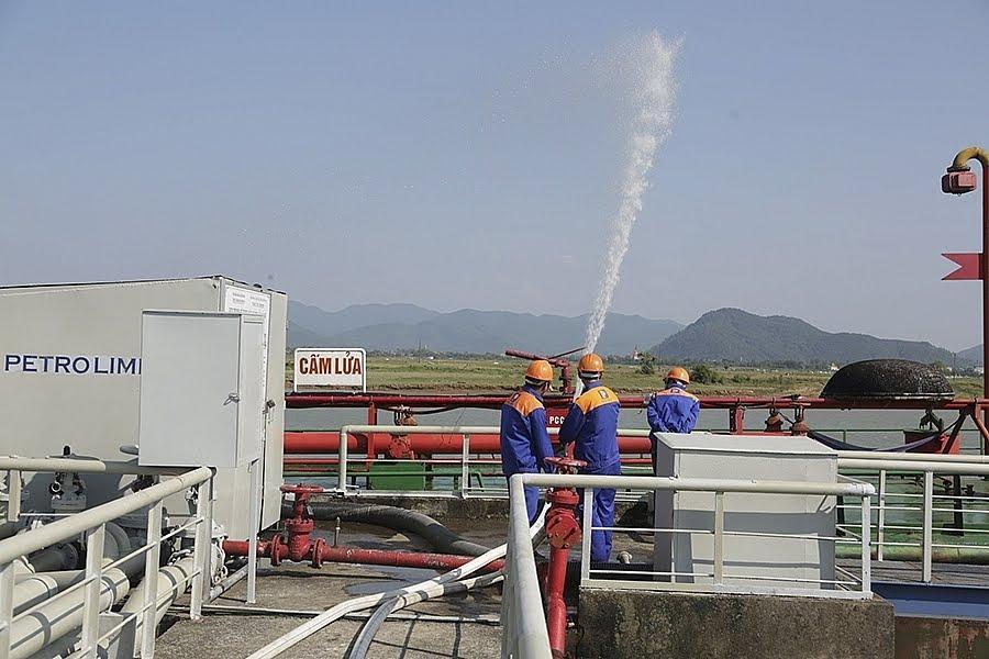 Hai cây xăng dầu liền nhau ở xã Tiến Thủy (Quỳnh Lưu) vi phạm hành lang ATGT và không đáp ứng đầy đủ QCVN 01 - 2013.