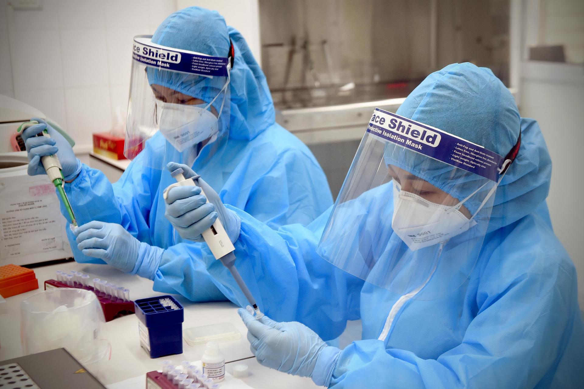 Cán bộ CDC NGhệ An thực hiện xét nghiệm SARS-CoV-2