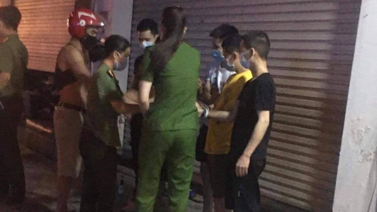 Lực lượng chức năng tiến hành kiểm tra các đối tượng người Trung Quốc nghi cư trú trái phép tại phường Liên Bảo, TP.Vĩnh Yên.