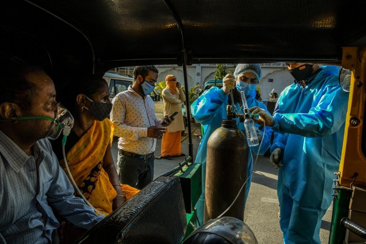 Số ca Covid-19 tăng cao kỷ lục mỗi ngày khiến Ấn Độ rơi vào tình trạng cạn kiệt nguồn oxy y tế (Ảnh: New York Times).