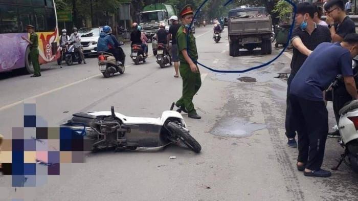 Hiện trường vụ TNGT giữa xe máy với xe tải, khiến nữ sinh viên ngồi sau tử vong thương tâm trên đường Lê Duẩn, quận Hai Bà Trưng, TP Hà Nội