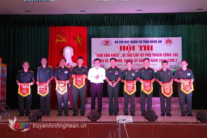 Ban tổ chức trao Cờ lưu niệm cho các đội thi.