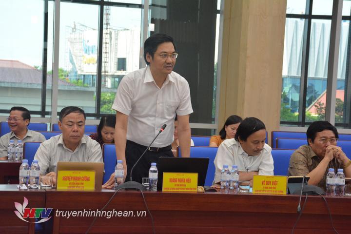Ông Hoàng Nghĩa Hiếu - Giám đốc Sở NN&PTNT báo cáo về công tác xử lý dịch tả lợn châu Phi.