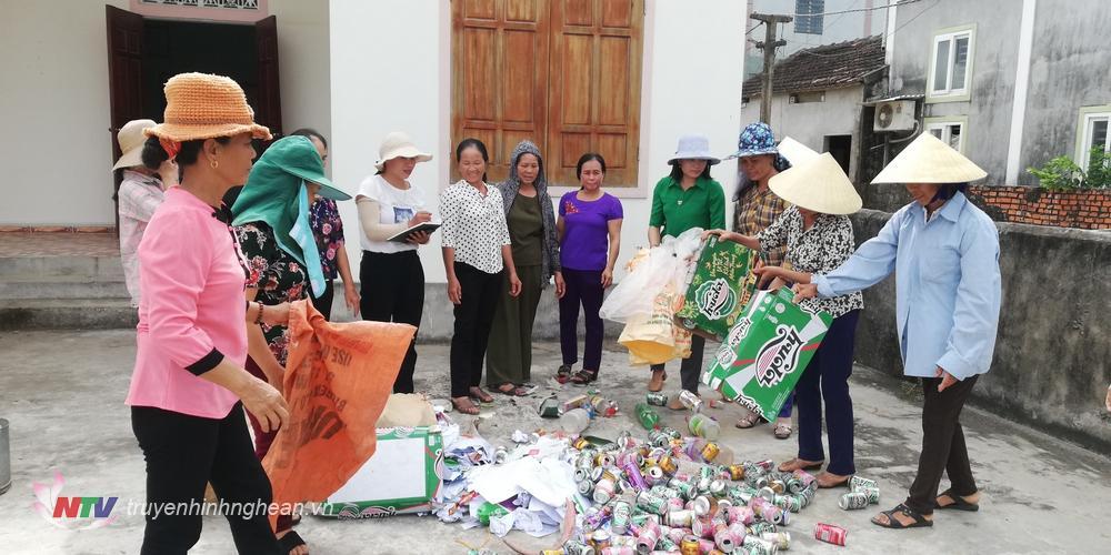 Chị em quyên góp chai lọ phế thải để có kinh phí làm đường hoa.