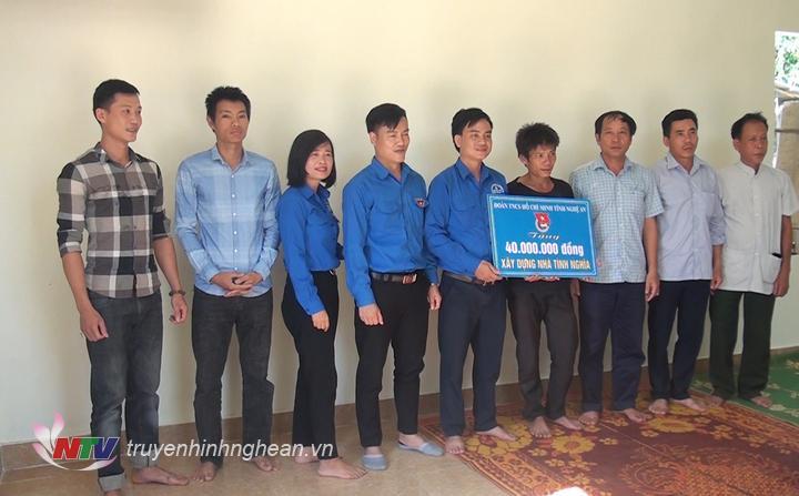 Bàn giao nhà cho anh Hà Văn Mạnh.
