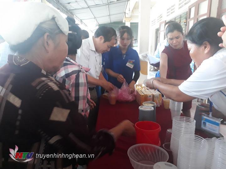 Đại diện Hội giáo dục chăm sóc sức khỏe cộng đồng tỉnh Nghệ An và Bệnh viện Đa khoa Diễn Châu phát cháo cho bệnh nhân