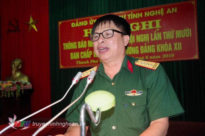 Đại tá Vương Kim Hải, Ủy viên Ban thường vụ Đang rủy Quân sự, Phó Chính ủy Bộ CHQS tỉnh chủ trì thông báo nội dung hội nghị Trung ương 10.