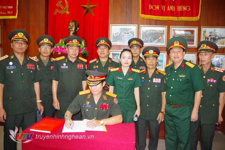 Thiếu tướng Sải chay Com ma sít, Sư đoàn trưởng Sư đoàn 1 thay mặt đoàn công tác BQP nước bạn Lào ghi cảm tưởng tị phòng truyền thống Bộ CHQS tỉnh Nghệ An