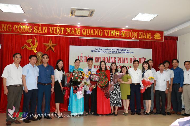 Lãnh đạo Sở Giáo dục và Đào tạo và Trường THPT chuyên Phan Bội Châu tặng hoa chúc mừng em Hoàng Phan Hữu Đức và các giáo viên trong tổ bồi dưỡng.