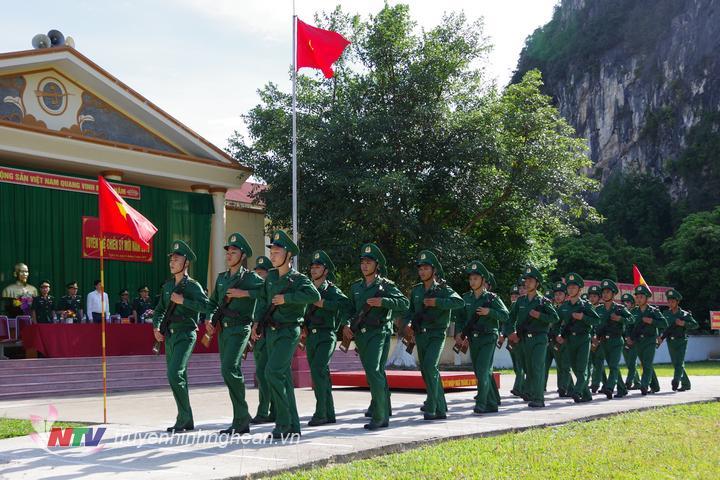 Trao súng cho chiến sỹ mới trong lễ tuyên thệ