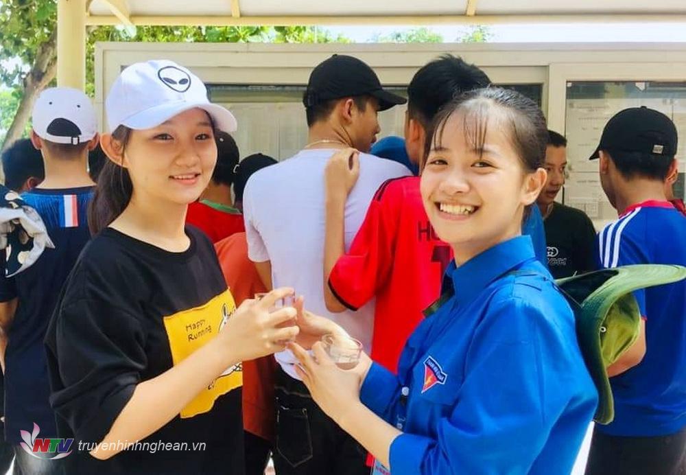 Các bạn tình nguyện viên tiếp sức mùa thi phường Hòa Hiếu (TX. Thái Hòa) phát nước uống cho các thi sinh.