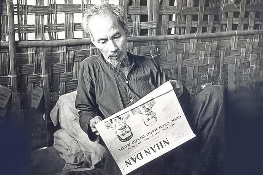 Bác Hồ đọc báo Nhân dân.