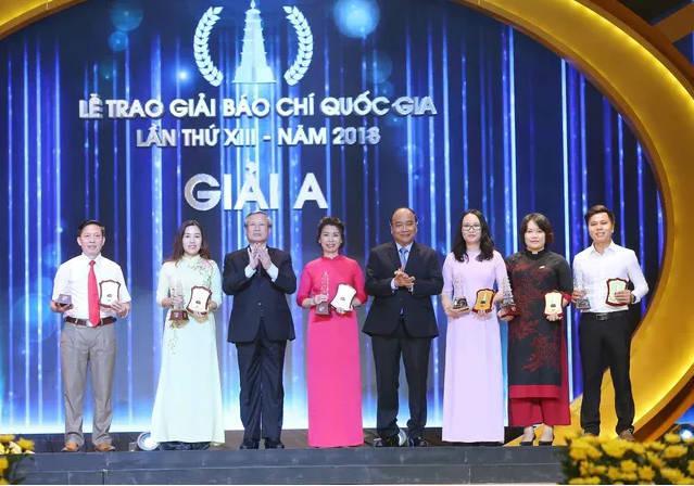 Thủ tướng Nguyễn Xuân Phúc và đồng chí Trần Quốc Vương, Ủy viên Bộ Chính trị, Thường trực Ban Bí thư trao giải A cho các tác giả đạt giải.