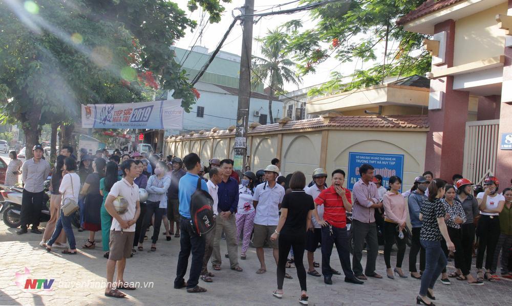 """Tại địa điêm thi THPT Quang Trung, các """"sĩ tử"""" tập trung về đây từ 6h. Nhiều phụ huynh cho biết, họ đưa con em tới trường thi sớm để các em còn thời gian chuẩn bị."""