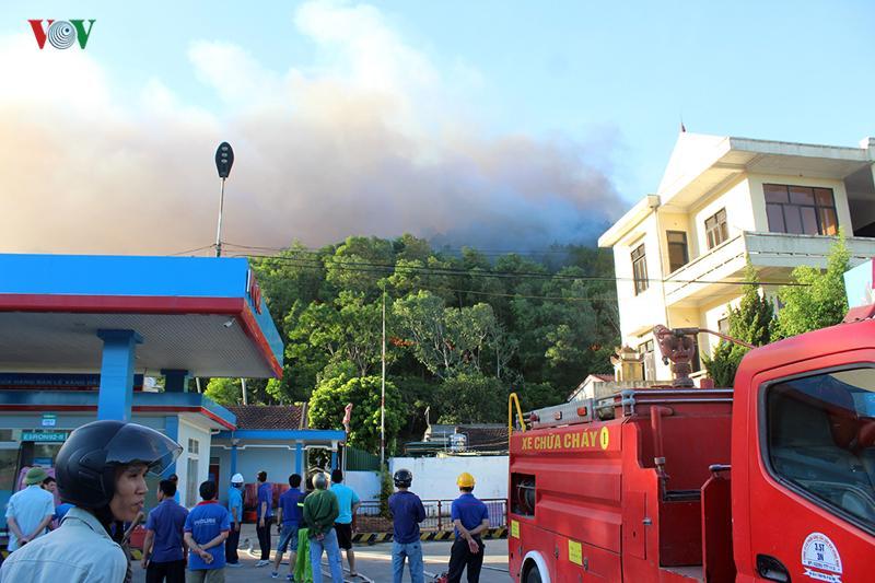 Đám cháy cũng uy hiếp Trạm xăng và khách sạn.