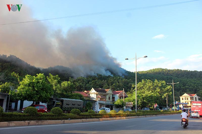 Cháy bùng phát trở lại ở khu vực thị trấn Xuân An.
