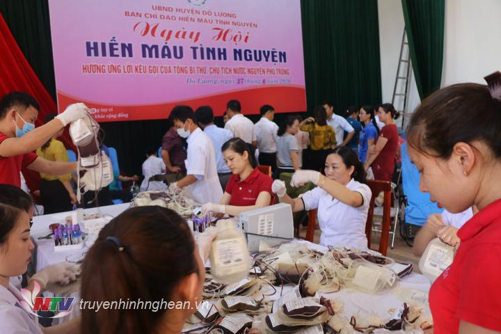 Ngay từ sáng sớm đã có hàng trăm người tới khám sức khỏe và tham gia hiến máu