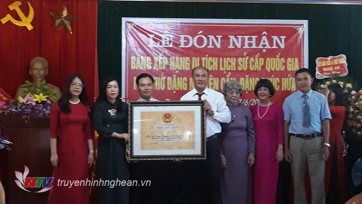 Đại diện lãnh đạo Sở Văn hóa thể thao và lãnh đạo huyện Thanh Chương trực tiếp trao Bằng công nhận Di tích lịch sử cấp Quốc gia nhà thờ Đặng Nguyên Cẩn, Đặng Thúc Hứa.