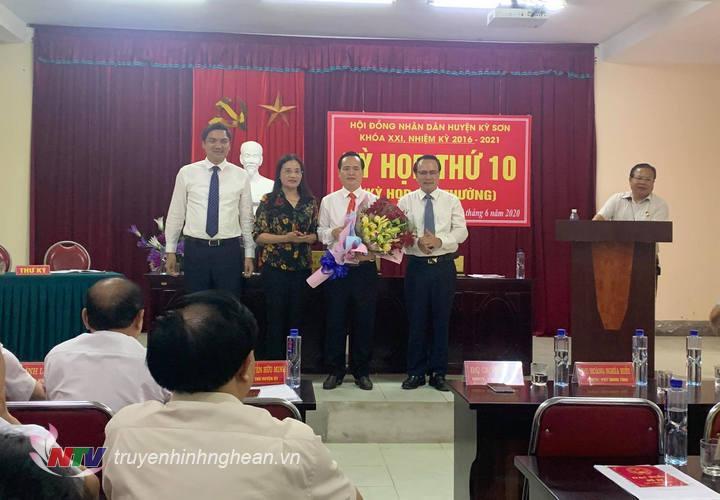 Các đồng chí lãnh đạo HĐND tỉnh, UBND tỉnh tặng hoa chúc mừng Tân Chủ tịch UBND huyện Kỳ Sơn.