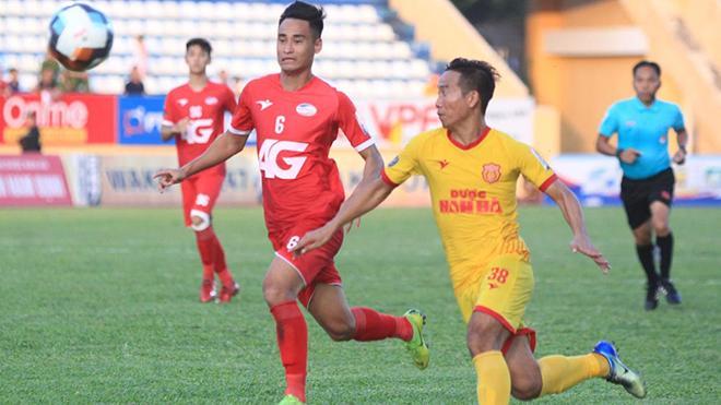 Hà Minh Tuấn (đỏ) đã khiến CĐV Nam Định nín lặng với bàn thắng ở phút bù giờ cuối cùng trận đấu. Ảnh: VPF